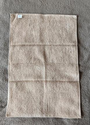 Плотное махровое полотенце бежевого цвета