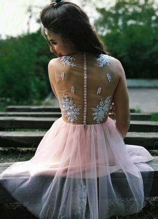 Короткое нежно-розовое платье с кружевом