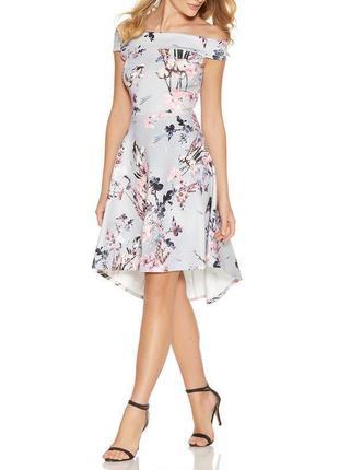 Quiz платье серое в цветочный принт с открытыми плечами нарядное миди удлинённое