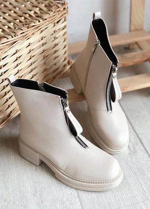 Бежевые ботинки на молнии