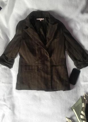 Модный пиджак в полоску коричневый актуальный