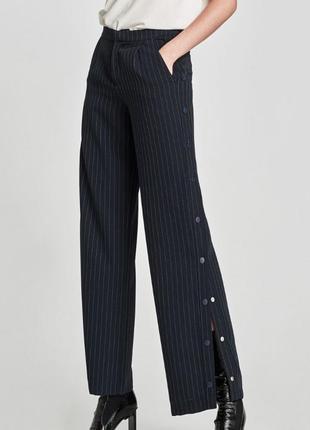 Стильные брюки с кнопками по бокам от zara