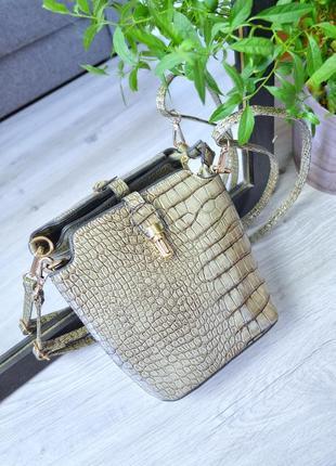 Чудова лакована сумочка рептилія
