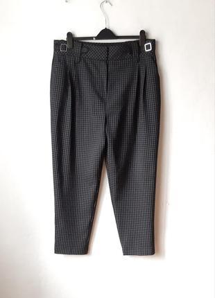 Классные зауженые к низу брюки с защипами