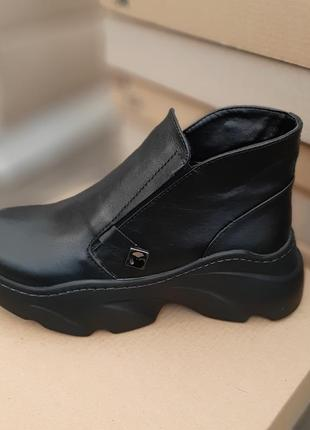 Стильные, аккуратные женские ботинки на платформе