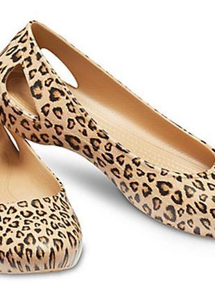 Очень стильная и удобная модель crocs laura printed flat оригинал из сша