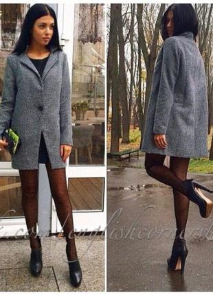 Женское прямое короткое пальто серого цвета