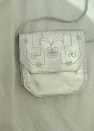 Серебристая сумочка на длинной ручке натур. кожа