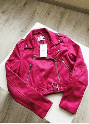 Стильная малиновая куртка косуха от bershka, укороченная, замш, новая!