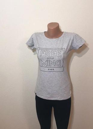 Качественная серая футболка с надписью принтом от outhorn. р-р s