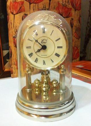 Настольные часы с циркулярным маятником. кварц. колба daxon
