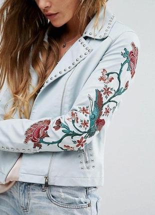 Трендовая на весну куртка косуха с вышивкой