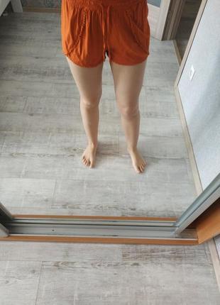 Легкие яркие вискозные шорты сочного рыже-оранжевого цвета