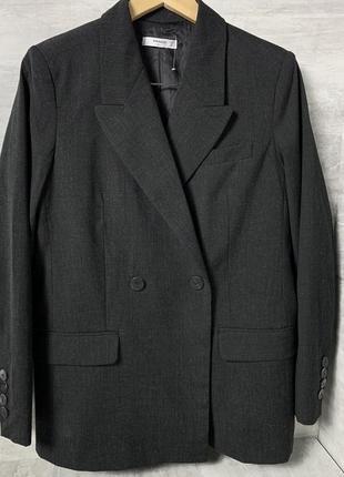 Стильный двубортный пиджак от mango