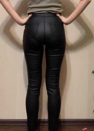 Черные брюки под кожзам, экокожу