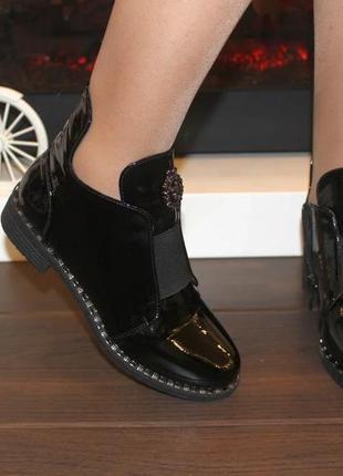 Женские стильные черные лаковые короткие демисезонные ботинки низкий каблук