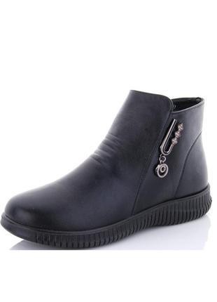 Женские черные демисезонные короткие ботинки на низком ходу с декором