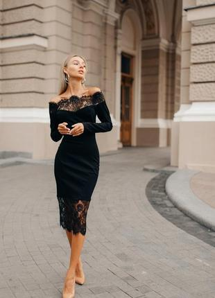 Платье с открытой линией плеч