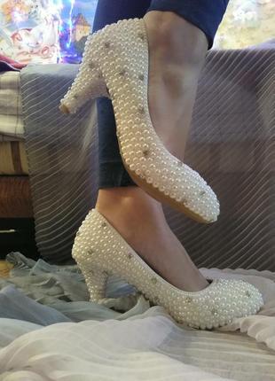 Новые свадебные туфли с жемчугом на не высоком каблуке