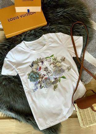 Білосніжна футболка з аплікацією квітів
