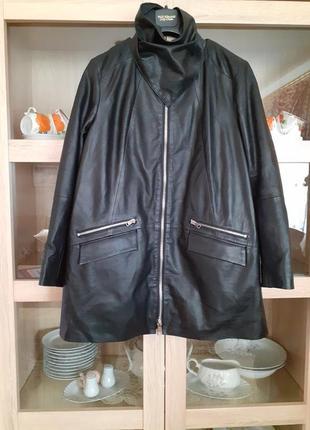 Очень стильная кожаная куртка с кучей карманов и кожаной косынкой большого размера