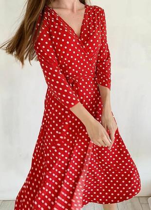 Романтична червона сукня в горошину