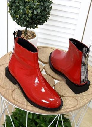 Ботинки лаковые на низком квадратном каблуке
