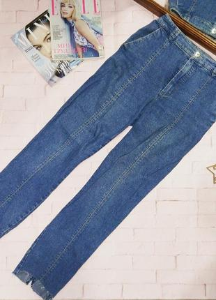 Стильные mom джинсы с обрезанным низом штанин