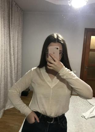 Лёгкий свитер с v-образным вырезом