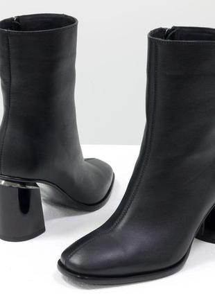 Кожаные ботинки на крутом каблуке