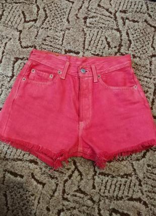 Красные джинсовые рваные шорты levis