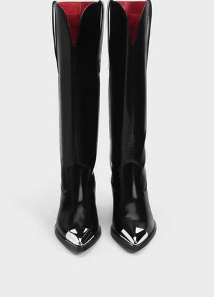Трендовые казаки stradivarius, черного цвета. на удобных каблуках