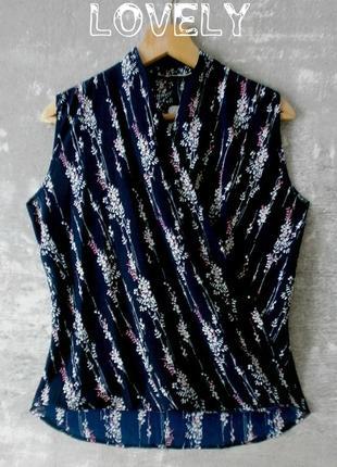 Штапельная блуза на запах тёмно-синего цвета в нежный цветочный принт - reyon park/турция