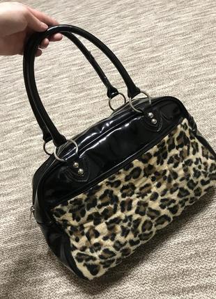Черная лаковая леопардовая сумка с короткими ручками