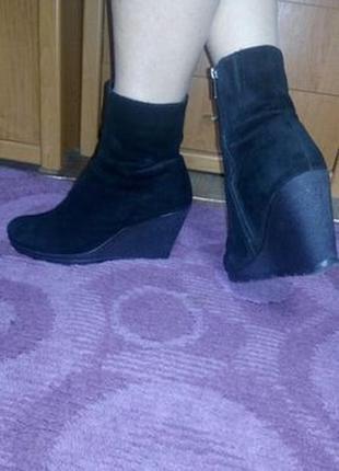 Зимние замшевые ботинки на танкетке 10 см