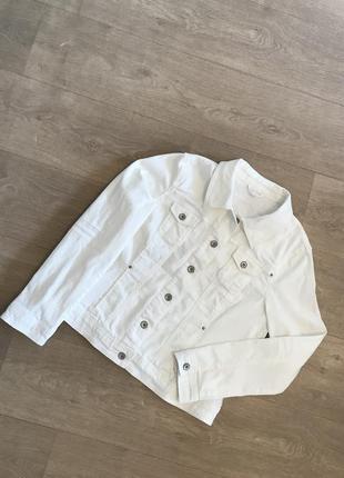 Белый джинсовый пиджак charles voegele
