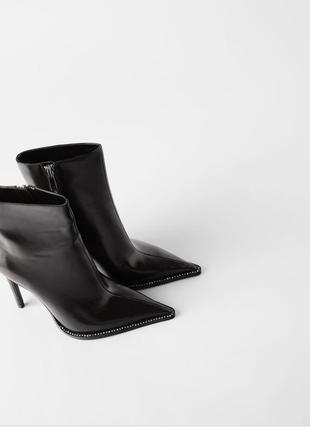 Лаковые ботильоны zara, черного цвета на высоком каблуке