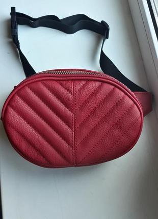 Красная сумка на пояс бананка