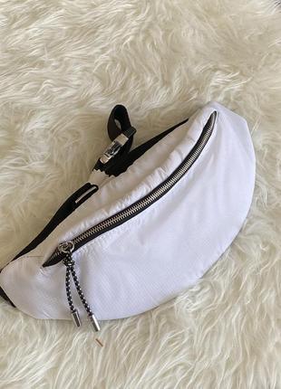Поясная сумочка zara, белого цвета. новая коллекция