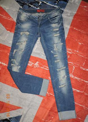 Рваные джинсы с заниженной талией