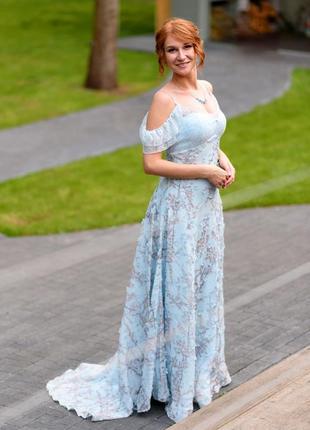 Шикарное вечернее небесно голубое платье со шлейфом (принт - ветви сакуры)