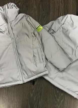 Курточка из светоотражающей и водонепроницаемой ткани