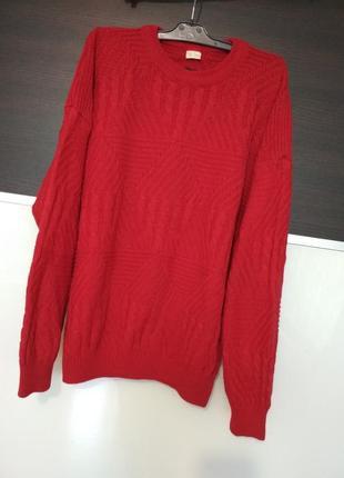 Яркий объемный красный свитер