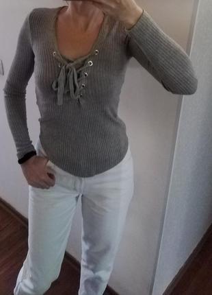 Серый свитерок в рубчик со шнуровкой на груди