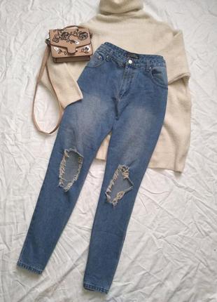 Стильные джинсы с высокой посадкой.