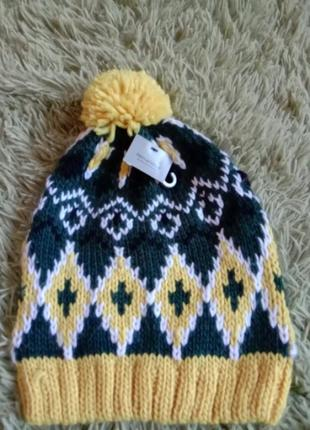 Весенняя шапка с пампоном