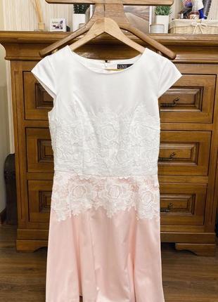 Платье бело-розового цвета