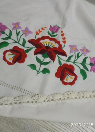 Скатерть с ручной вышивкой.
