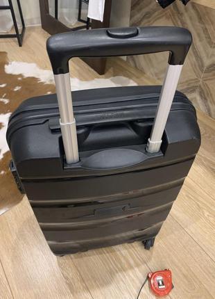 Чёрный вместительный  на колесиках и выдвижная ручка  удобный в хорошем состоянии,
