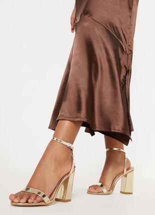Золотистые босоножки на удобном устойчивом каблуке